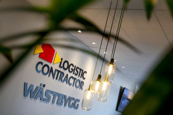 Vägg med Wästbyggs och Logistic contractors logotyper